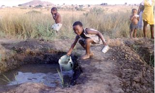 African-child-collecting-water