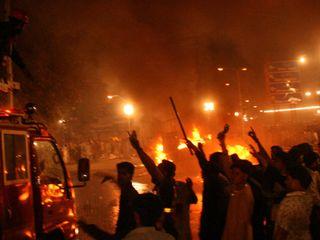 Pakistan-bomb-fire-street-violence-riot-fear