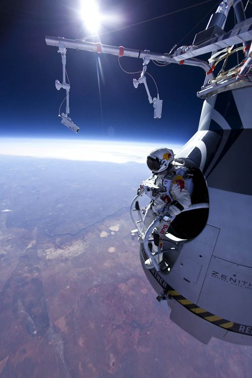 Felix-baumgartner-jumps-71580-ft-red-bull-stratos-1