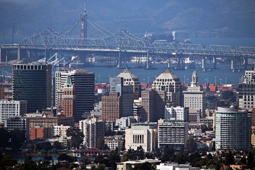 OAKLAND_CA_USA_-_Skyline_and_Bridge-659x439